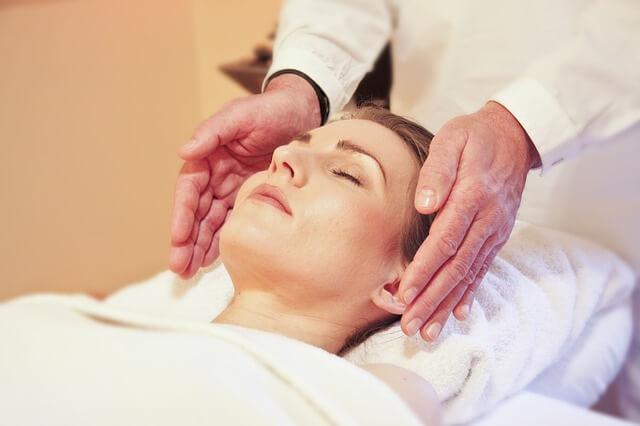 Zabiegi pielęgnacyjne pomogą w leczeniu wyprysków na twarzy.